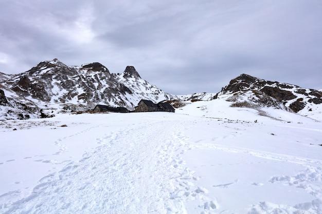 Häuser in den schneebedeckten bergen