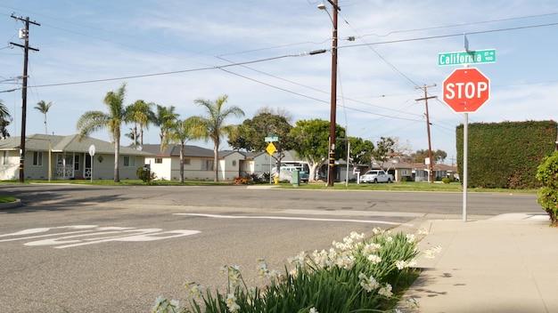 Häuser in der vorstadtstraße, kalifornien usa. generische gebäude, wohnviertel in der nähe von los angeles.