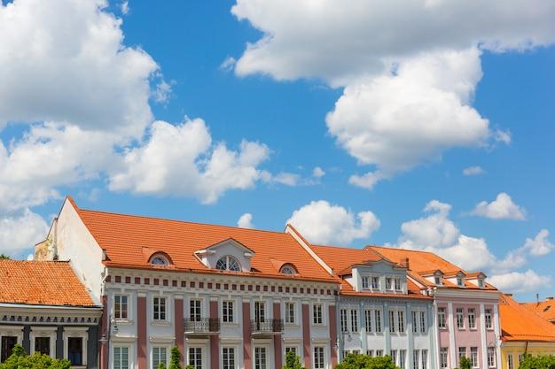 Häuser in vilnius mit bewölktem himmel