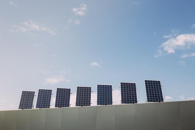 Häuser mit sonnenkollektoren auf ihren dächern. erneuerbare alternative energie