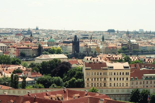 Häuser mit traditionellen roten dächern am prager altstädter ring in der tschechischen republik