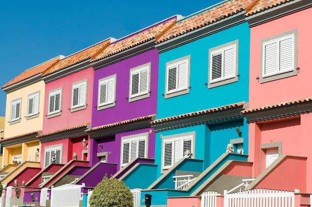 Häuser mit vielen farben in der stadt