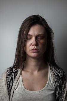 Häusliche gewalt, missbrauch frau mit blauen flecken im gesicht