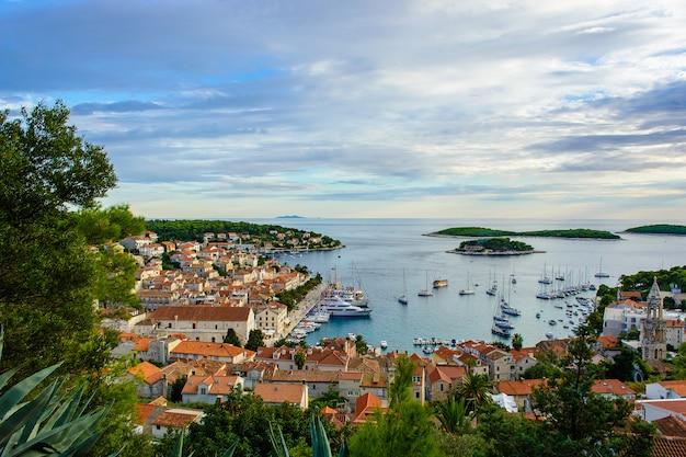 Hafen der alten adriatischen inselstadt hvar in kroatien