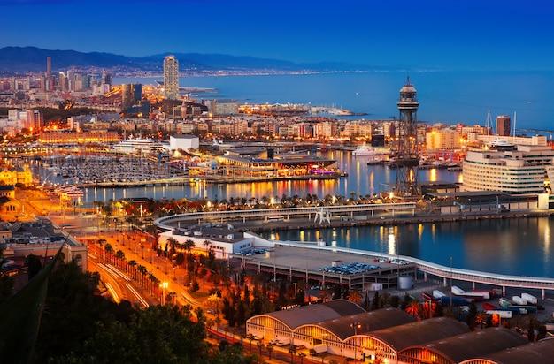 Hafen in barcelona während des abends. spanien