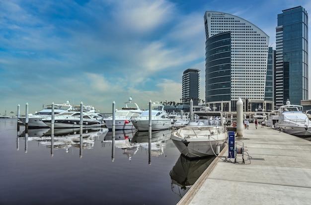 Hafen in dubai unter einem klaren blauen himmel
