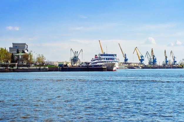 Hafen mit schiff und kränen