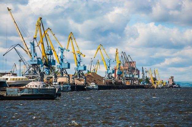 Hafen- und frachtkrane