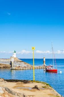 Hafen von sauzon in frankreich auf der insel belle ile en mer im morbihan