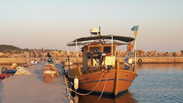 Hafenblick mit festgemachtem fischerboot am pier griechenland