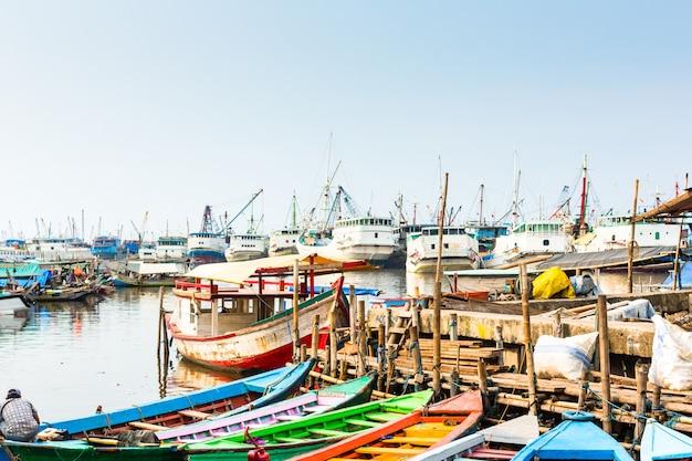 Hafenschiff und bootsdocks in jakarta, indonesien