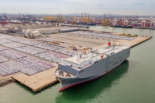 Hafenterminal mit vielen neuen autos und containern. business logistic, wassertransport