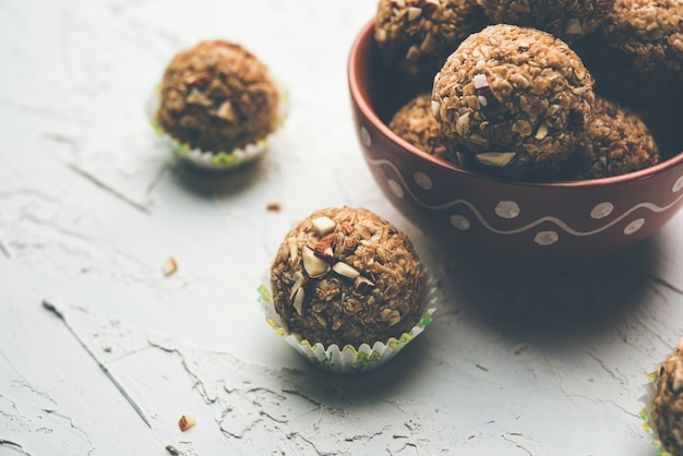 Hafer-laddu oder ladoo auch bekannt als protein energy balls. in einem teller oder einer schüssel serviert. selektiver fokus
