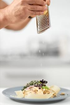 Haferbrei mit parmesan und kräutern im restaurant