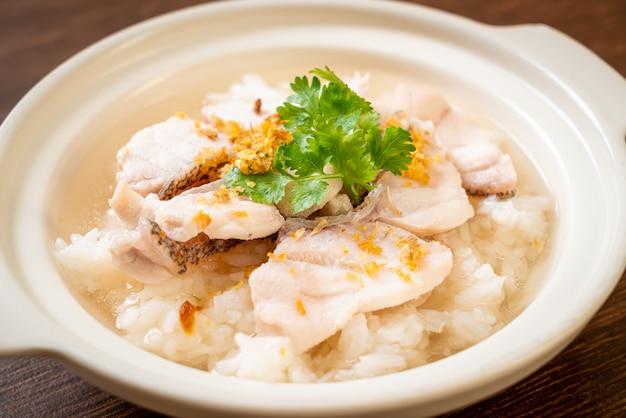 Haferbrei oder gekochte reissuppe mit fischschale