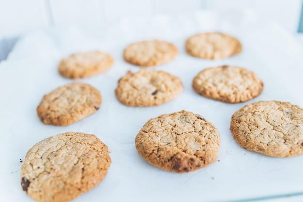 Haferflocken broun hausgemachte kekse auf weißem tisch. gesunde desserts, diät.