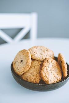 Haferflocken broun hausgemachte kekse in platte auf weißem tisch. gesunde desserts, diät.