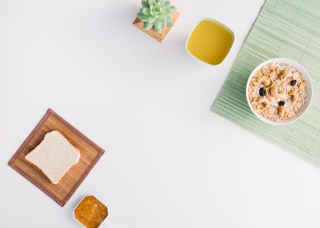 Haferflocken in schüssel mit toast und marmelade auf dem tisch
