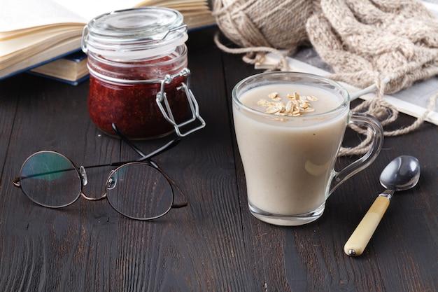Haferflocken kussel zur gewichtsreduktion, hausgemachte hafermilch vegane produktkonzept