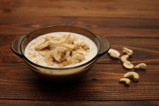 Haferflocken mit banane und nüssen zum frühstück. gesundes essen.