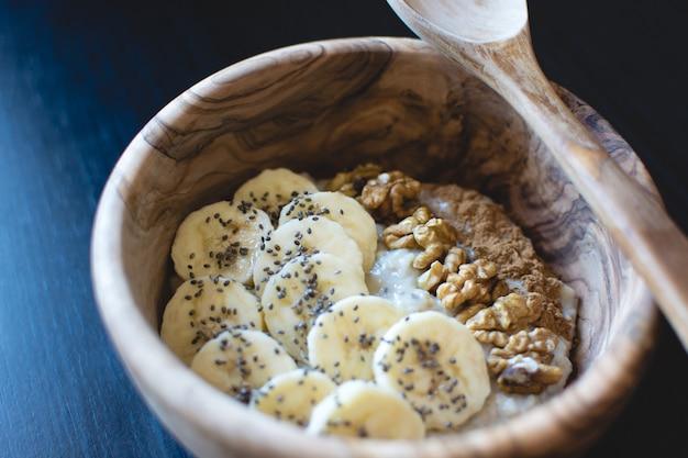 Haferflocken mit bananen und walnüssen