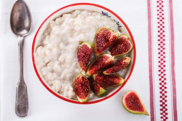Haferflocken mit feigen. gesundes frühstück