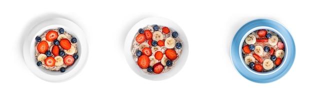 Haferflocken mit früchten lokalisiert auf weiß. haferflocken mit erdbeeren, blaubeeren und bananen.