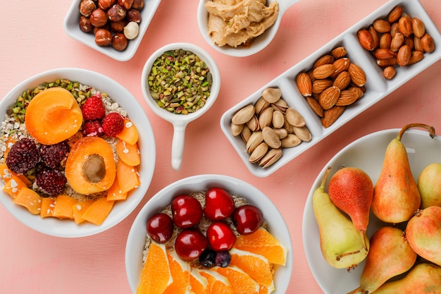 Haferflocken mit früchten, nüssen, erdnussbutter in schalen