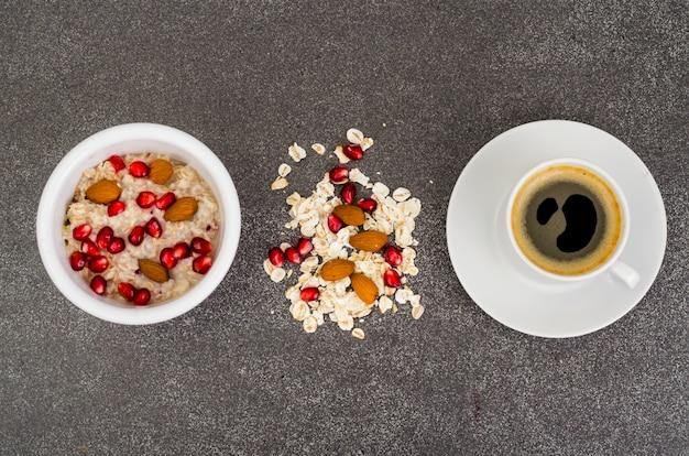 Haferflocken mit granatapfel und nüssen und schwarzem kaffee