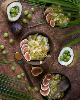 Haferflocken mit kokosnuss, stachelbeerbeeren, karamellsauce und feigen. asiatischer stil