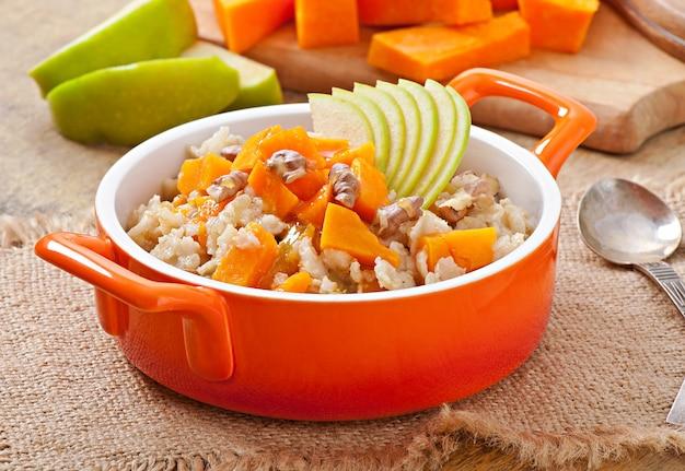 Haferflocken mit kürbis, äpfeln, nüssen und honig