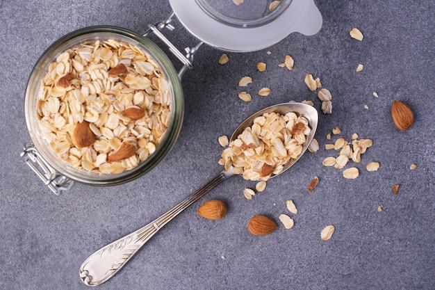Haferflocken mit mandeln. konzept der gesunden ernährung. draufsicht.