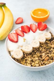 Haferflocken mit milch, banane und erdbeere