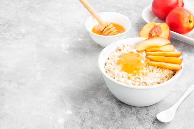 Haferflocken mit nektarine und honig
