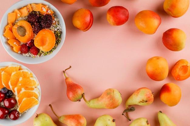 Haferflocken mit pistazien, aprikosen, beeren, birnen, kirschen, orangen in schalen