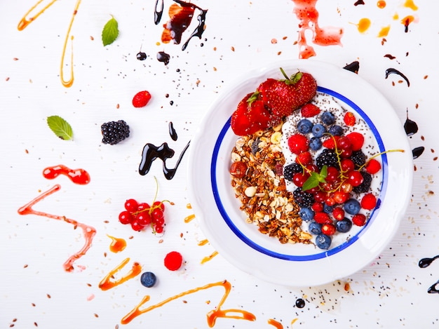 Haferflocken, müsli, haferbrei mit joghurt. sommersüßspeise.