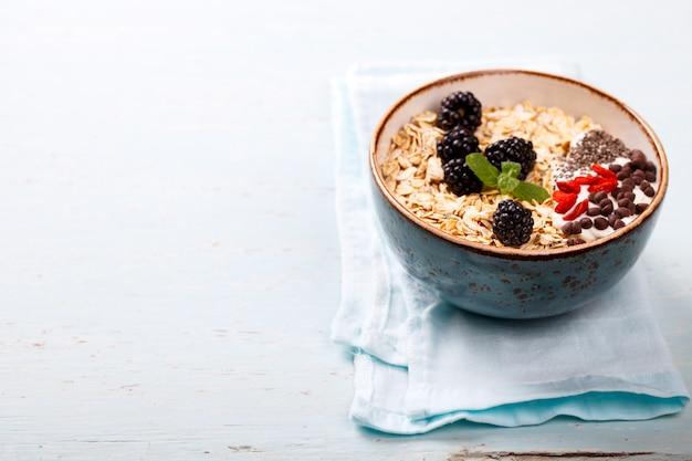 Haferflocken, müsli. sommer gesundes frühstück