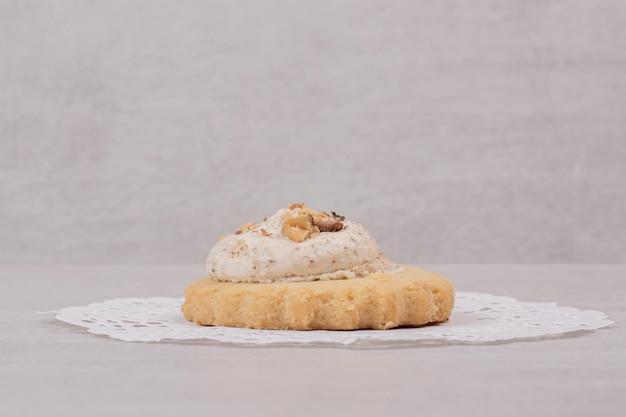 Haferflocken-rosinen-cookie auf weißem tisch.