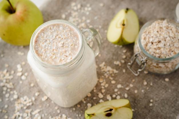 Haferflocken-smoothies mit äpfeln