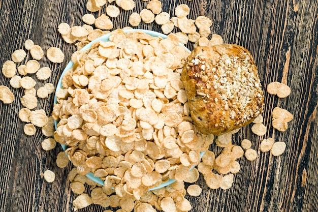 Haferflocken und anderes getreide, das für ein leichtes, aber gesundes frühstück am morgen verwendet werden kann und aus verschiedenen mehlsorten wie mais und haferflocken hergestellt wird