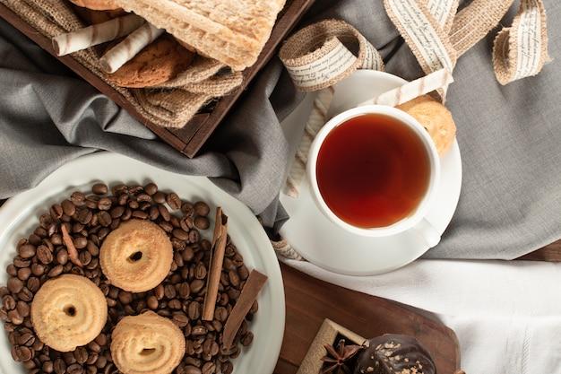 Haferflocken und schokoladenkekse mit einer tasse tee. draufsicht