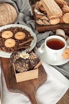 Haferflocken und schokoladenkekse mit einer tasse tee