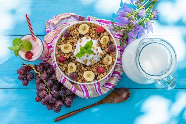 Haferflocken zum frühstück mit milch und milchshake.
