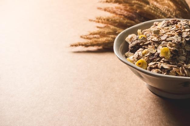 Haferflockenflocken in einer schüssel auf holztisch. gesundes frühstück konzept. platz kopieren