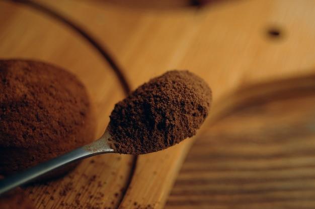 Haferflockenkekse und topping auf einem tablettlöffel mit gewürzen oder schokoladenstückchen, die auf einem holzh...