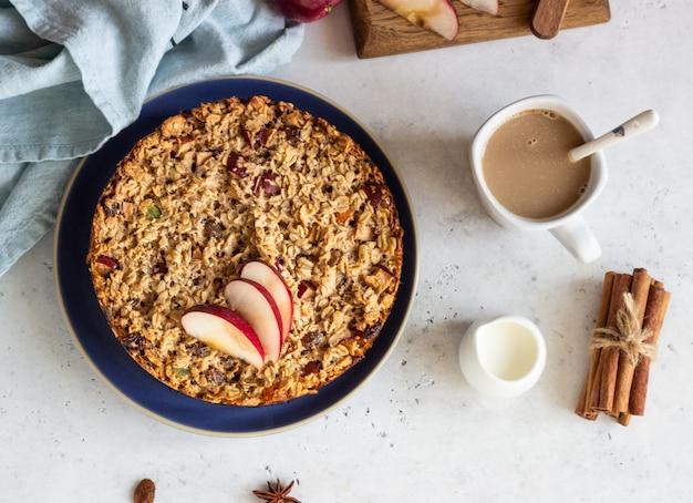 Haferflockenkuchen oder gebackene haferflocken mit äpfeln und rosinen. diätetisches herbstfrühstück.