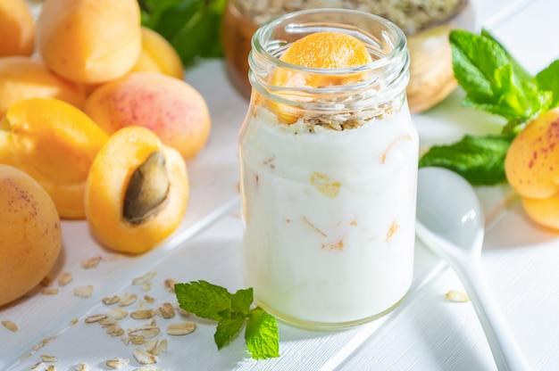 Haferflockenmilchshake, smoothie oder joghurt mit frischer aprikose.