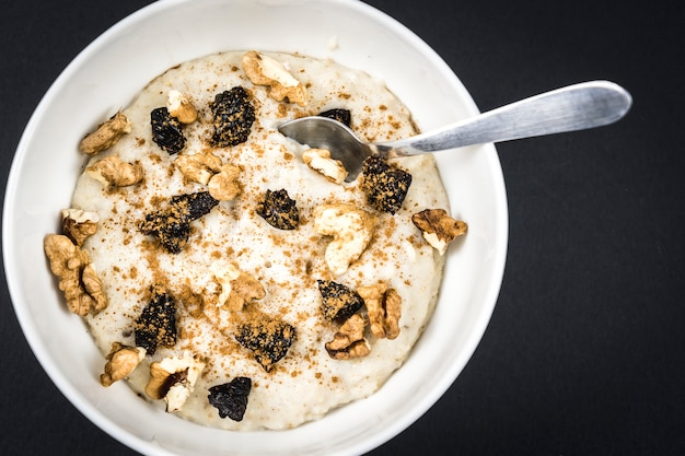 Haferflockenrezept mit nüssen, pflaumen, zimt und zucker, sehr gesundes frühstücksrezept