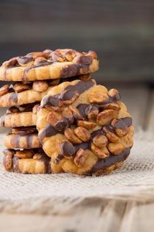 Haferkekse mit haselnüssen und schokolade