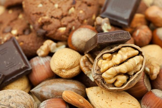 Haferkekse, schokolade und nüsse auf einer weidenmatte